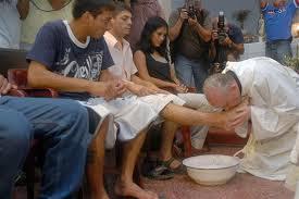Bergoglio lavant les pieds de douze malades du SIDA